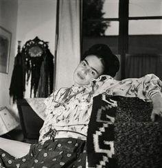 Nascido na Alemanha, o fotógrafo francês Gisèle Freund (1908-2000) oferece um raro olhar sobreFrida Kahlo em imagensíntimas tiradas da célebre artista durante alguns dos últimos momentosde sua vida. Freund, que fugiu da Alemanha nazista em 1933