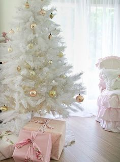 I have collected 35 white christmas tree ideas that will make your Christmas a little differently this year, maybe one of them is your choice!