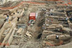Vue de hauteur du chantier en cours de fouille. A droite de l'image, les archéologues s'affèrent sur les vestiges des ateliers-boutiques, à gauche, sur ceux de la voirie antique. Antiquité ...
