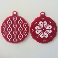 Christmas ornaments hama perler beads - use the pattern for knitting or crocheting Hama Beads Design, Diy Perler Beads, Hama Beads Patterns, Perler Bead Art, Pearler Beads, Fuse Beads, Beading Patterns, Christmas Perler Beads, Beaded Christmas Ornaments