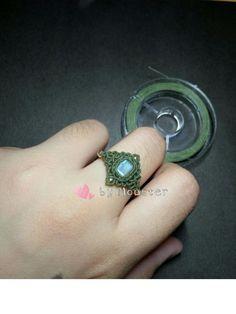 Macrame Jewelry Tutorial, Macrame Bracelet Patterns, Macrame Rings, Macrame Knots, Macrame Bracelets, Paracord Accessories, String Crafts, Micro Macramé, Macrame Design