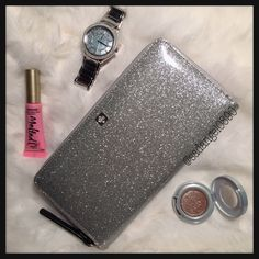 """NEW KATE SPADE NEDA MAVIS ST SILVER WALLET ⚜ Color: Silver  ⚜Measurment: 7.5""""-4""""-1"""" ⚜ Real photo  taken from me ⚜ Brand new✨, never used. 100% authentic from Kate Spade NY ⚜ Tag and care card are included ⚜ Pack with careand ship✈️right away ⚜ Freegiftincluded with purchase $100+ ➖➖➖➖➖➖➖➖➖➖➖➖➖ •TRADEP.P.HOLD •LOWBALLBUNDLE IF U HAVE NO INTENTION TO BUY • 10% OFF FOR BUNDLES • REASONABLE OFFERS WILL BE ACCEPTED. kate spade Bags Wallets"""