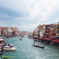 So wunderschön märchenhaft und verträumt kann es nur hier sein: in Venedig! Farbenfrohe Gassen und endlose Kanäle laden nicht nur Pärchen zu einem kulturellen Hochgenuss ein. Falls du dir das nicht entgehen lassen möchtest, sag uns einfach wann es losgehen darf und wir versorgen dich mit den persönlichsten Venedig-Angeboten- auf travelyst.de!