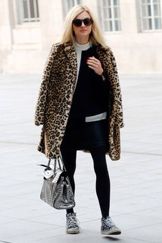 Fearne Cotton looked the epitome of winter chic as she stepped out in a decidedly chilly London, teaming a black and white shift dress with a leopard print coat and tortoiseshell sunnies. Fearne Cotton, Celebrity Summer Style, Celebrity Style Inspiration, Style Ideas, White Shift Dresses, Leopard Print Coat, Simply Fashion, Winter Stil, Fur Fashion