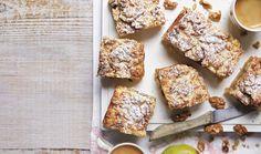 """Křehké máslové těsto, jablečná náplň s ořechy a čepice nadýchaného bílkového sněhu zakrytá tenkou vrstvou strouhaného těsta. To jsou řezy, které si vysloužily vznešené pojmenování """"hraběnčiny"""". #recept #rezy #jablko #dezert #moucnik #peceni #testo #orechy #recipe #bake #pie #cake #apple #sweet #dessert Baked Goods, French Toast, Cereal, Breakfast, Food, Treats, Sweet, Bakken, Morning Coffee"""