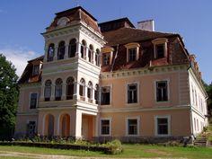 La sase kilometri de Covasna, in satul Zabala, ascunsa dupa o poarta de fier si multi castani, se afla casa de oaspeti a familiei de nobili maghiari Mikes. Castelul este situat la poalele Muntilor Carpati, fiind inconjurat de 34 de ha de padure.