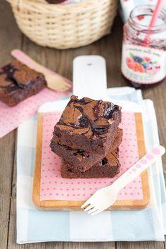Brownies alla marmellata con effetto marmorizzato, ricetta e video ricetta. Recipe brownies raspberry jam marbled