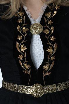 Íslenski þjóðbúningurinn - Skautbúningur   (Detail from Icelandic costume.)