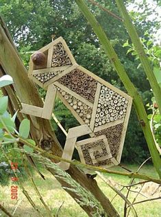 Breuillet Nature: Hôtels à insectes (Album) Plus Garden Crafts, Garden Projects, Yard Art, Bug Hotel, Mason Bees, Garden Animals, Garden Inspiration, Bird Houses, Nature