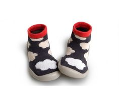 Chaussons phosphorescents. Des nuages blancs phosphorescents sur fond gris. Confortables et modernes.