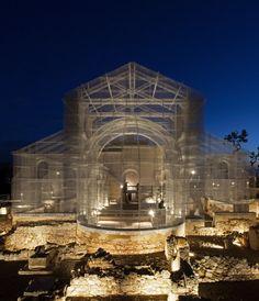Italiano constrói modelo de igreja à escala real apenas com arame.