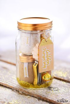 are you looking for the perfect personalized DIY gift in Mason Jars? Here are 21 best DIY Gifts In a Jar you should try to make and give it to your loved one. Caramel Apple In A Jar This caramel apple in a jar is perfect for fall, It can be given as a… Mason Jar Gifts, Mason Jar Candles, Mason Jar Diy, Gift Jars, Spa In A Jar, Diy Gifts In A Jar, Easy Diy Gifts, Christmas Mason Jars, Diy Christmas Gifts