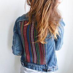 Pour une veste en jean original, il suffit de coudre un tissus aztèque. Un DIY facile pour une veste tendance   For an original denim jacket, just sew an Aztec fabric. An easy DIY for a trendy jacket