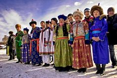 Buryatlar, Turan halklarının Altay kolundandır. Bugün bir Moğol halkı olarak tanınıyor olsalar da Buryatlar; iki Türk, iki de Moğol boyunun birleşmesinden doğmuş karma bir halktır. Bunlardan güney ve doğu Buryatya'da yaşayan Huri ve Hondogar boyları Moğol karakteri taşırlar ve Budist'tirler. Batıda yaşayan Bulaga ve Ehiriler ise Türktürler ve Tengri'ye inanırlar. Buryatların toplam nüfusu 600 bin dolayındadır. Bunun 290 bini Buryat Özerk Cumhuriyeti'nde yaşamaktadır
