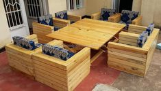 The repurposed wood pallet table is created in a design that it is adjustable, the sofas are boxes in looks and it is a great idea to be created for the outdoor because it will make the lawn look attractive and everyone will praise the idea. Wood Pallet Tables, Pallet Dining Table, Diy Pallet Sofa, Diy Outdoor Table, Wooden Pallet Furniture, Diy Pallet Projects, Wooden Pallets, Outdoor Sofa, Pallet Ideas