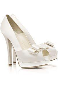 Sapatos debutante - Veja em http://vestidododia.com.br/vestidos-de-festa/vestidos-brancos-para-debutantes/