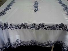 Toalha de mesa bordada por Sandra Reis