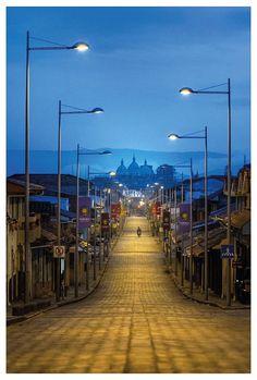 Catedral vista desde la Av. Loja. Foto de Bernardo Domínguez, publicado por National Geographic