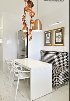 Área de refeição da cozinha em preto, branco e dourado