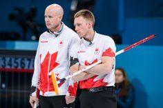Après trois défaites consécutives, l'équipe canadienne de curling masculine devait se retrousser les manches. C'est ce qu'elle a fait en... Canada, Curling, Skating, Soccer, Sports, Fashion, Roll Up Sleeves, Manish, Hs Football