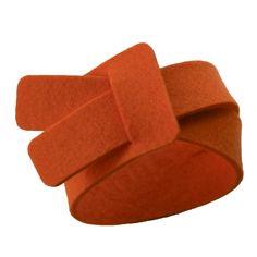 Felt bracelet Len orange single from Gewoon. This felt bracelet Len is handmade of 100% felt (3 mm thick) and is adjustable. The felt bracelet goes single around your wrist. At approximately 3 cm (1,18 inch) from one end of the felt bracelet is a notch where the other end of the bracelet goes through. DIY this?