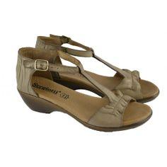 #Sandalias con mini cuña de 3 centímetros de altura en corte de T y detalles de arrugado, fabricadas con materiales de piel de la marca SERGIOTTI.