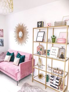 Minimalistischer Wohnkultur mit rosa und türkisfarbenen Farben, rosa Couch, tau… Minimalist home decor with pink and turquoise colors, pink couch, millennial – Home Office Design, Home Office Decor, Pink Office Decor, Office Ideas, Office Designs, Modern Home Office Accessories, Pink Gold Office, Office Inspo, Gold Accessories