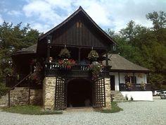 FOTO: Plimbare la Sibiu si împrejurimi | Romania Pozitiva Small Houses, Old Houses, Traditional House, Sunroom, Civilization, Beautiful Homes, Zen, Garden Ideas, Porch