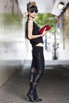 渋谷(東京) Shibuya, TOKYO. Sonoko Fulton, former model. Dolce & Gabbana sunglasses, vintage scarf, Barbara Bui top, United Nude shoes. 【スライドショー】アジアの街角ファッションスナップ―東京、バンコクなど