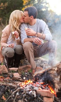 campfire and smores - Modern Fall Couple Photos, Fall Family Photos, Fall Photos, Couple Shoot, Couple Pictures, Family Pics, Camping Photography, Couple Photography, Pregnancy Photography