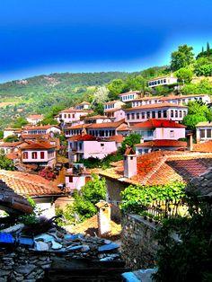 Şirince village in Izmir, Turkey. Turkish Architecture, Visit Turkey, Colourful Buildings, World Cities, Famous Places, Istanbul Turkey, Travel Goals, Antalya, Luxury Travel