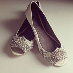 Very 1920s! These are a Great Gatsby inspired bejeweled peep toe ballet flat. Daisy Buchanan would have totally worn these shoes.  These run true