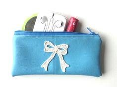 Pochette en faux cuir bleu et noeud papillon, intérieur en cotton blanc avec diamants, pochette maquillage, clés, documents, etc.