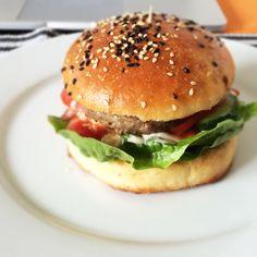 Hamburgerové briošky Brie, Hamburger, Chicken, Ethnic Recipes, Food, Hamburgers, Meals, Yemek, Burgers