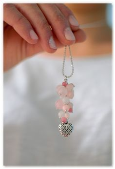 Un tuto bijou rempli d'amour avec un cœur argenté et une grappe de perles en jade rose clair