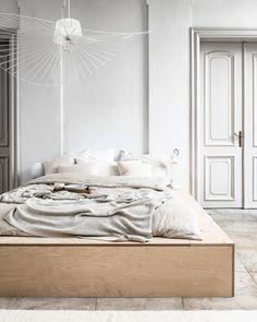 12 Inspiring Living Spaces By Interior Stylist Kim van Rossenberg Brown Bed Linen, Neutral Bed Linen, Bedding Master Bedroom, Home Bedroom, Bedroom Decor, Zara Home, Diy Bett, Master Suite, Diy Bed Frame