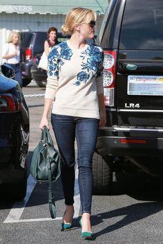 Comprar ropa de este look: https://lookastic.es/moda-mujer/looks/jersey-con-cuello-barco-vaqueros-pitillo-zapatos-de-tacon-bolsa-tote-gafas-de-sol/5237 — Gafas de Sol Marrón Oscuro — Jersey con Cuello Barco de Flores Blanco y Azul — Vaqueros Pitillo Azul Marino — Bolsa Tote de Cuero Verde Azulado — Zapatos de Tacón de Ante Verde Azulado