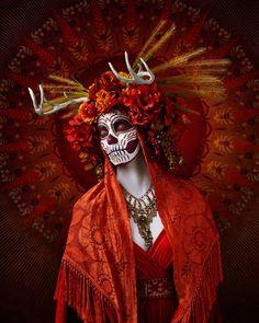 Pour célébrer la fête des morts mexicaine, le photographe Tim Tadder a réalisé une série photographique intitulée « Las Muertas ». Chacun des modèles représentent une saison et le maquillage est représentatif de l'art traditionnel du Dia De Los Muertos au Mexique.