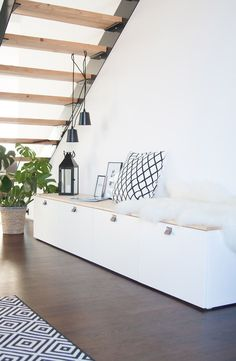 Sitzbank im Flur aus Ikea Bestå Interior DIY Ikea Besta Hack with Kilim in modern style from Nain Trading. The post Sitzbank im Flur aus Ikea Bestå appeared first on Babyzimmer ideen. Diy Hanging Shelves, Diy Furniture, White Furniture, Furniture Stores, Diy Home Decor, Home Decoration, Living Room Decor, Sweet Home, New Homes