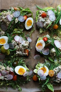 I'm a big salad person and the nicoise salad is one of my favorites. It has green beans, potatoes, tomatoes, eggs and tuna. This time, instead of just making a salad, I made some open-face sandwiches using classic nicoise salad ingredients. The potato and tuna salad has tons of fresh herbs and the Healthy Sandwiches, Wrap Sandwiches, Sandwich Shops, Sandwich Recipes, Salad Sandwich, Antipasto, Cooking Poached Eggs, Nicoise Salad, Tuna Salad
