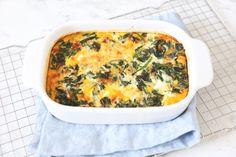 Een frittata is een soort van omelet, maar dan dikker en uit de oven. Wij laten je zien hoe je een frittata met spinazie en tomaat maakt.