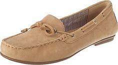 Lässige Gabor Slipper im tollen Mokassins Stil. Das weiche Obermaterial, sowie das leichte Gewicht machen diese Schuhe zum treuen Begleiter.   - Verschluss: Schlupf - weites und weiches Fußbett - akzentuierende Schleife - flexible Laufsohle - Absatzart: Flach - Absatzhöhe: 1 cm - Schuh-Weite: F  Obermaterial: Leder (Nubukleder) Futter: Sonstiges Material (Synthetik)  Decksohle: Leder  Laufsohle...