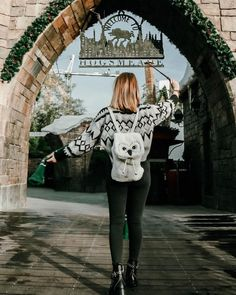 Get in, we're going to Hogsmeade. ✨ Do you prefer Hogsmeade or Diagon Alley in The Wizarding World of Harry Potter? 👇🏻 So hard to choose a… Universal Orlando, Harry Potter Universal, Harry Potter World, Universal Studios, Parque Do Harry Potter, Harry Potter Studios, Bff, Harry Potter Pictures, Universal Pictures