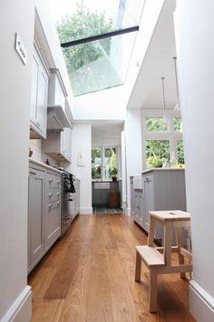 Maison blanche moderne avec une vue d'un fenêtre de toit