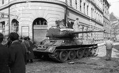 A szovjet közepes harckocsi, az forradalom egy fő típusa Budapest, Old Pictures, Old Photos, T 34, Historical Photos, Hungary, Military Vehicles, Revolution, Beast