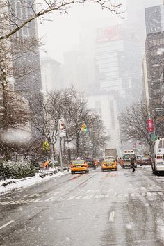 New York City snow falling, winter, yellow cabs. Why I would ever want to go to new York in the winter is beyond me, especially since I already think January in utah is bad, but I just have to go! Shopping In New York, Oh The Places You'll Go, Places To Visit, New York City, Voyage Usa, New York Christmas, Christmas Time, Xmas, I Love Nyc