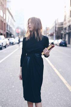 Ein raffiniertes schwarzes Kleid in Wickeloptik und Taillierung