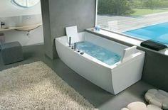 cojines en forma de flor en el baño moderno gris