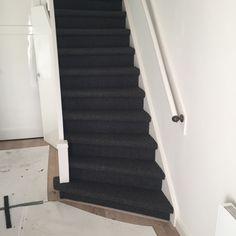 Wol tapijt op uw trap? Ecologisch, warm, slijtvast, zuiverend en zeer duurzaam! Zie hier een topresultaat van een wol tapijt op een dichte (luie) trap. Kwaliteit wol jabo 1425-630 gestoffeerd in Wassenaar.