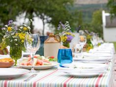 Hosting a get-together this summer? Whether you're doing an informal outdoor barbecue or an evening cocktail party, we've got you covered on how to best calculate the amount of food and drinks you'll need to plan the right size soiree.